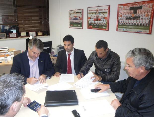 Luis Fabiano no momento em que assina o contrato (Foto: Site Oficial do São Paulo FC)