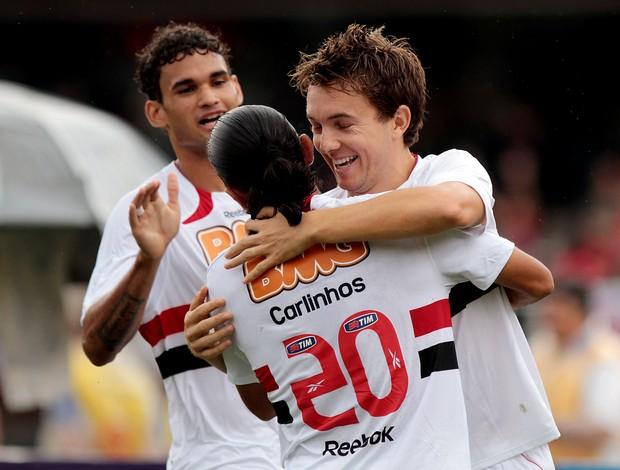 Dagoberto comemora o gol com os companheiros (Foto: Wander Roberto / VIPCOMM)