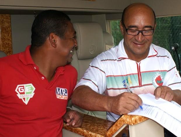 Vampeta assina contrato como jogador (Foto: Grêmio Osasco / divulgação)