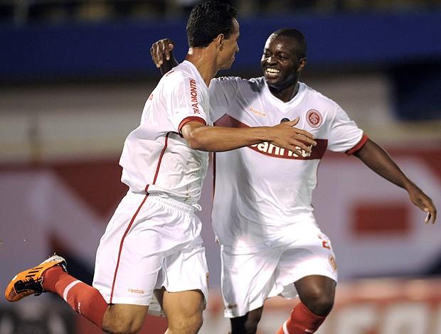 leandro damião  zé roberto internacional gol jorge wilstermann (Foto: agência Reuters)