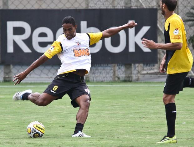 Cleber Santana disputa lance com Rodrigo Souto durante o treino desta quinta (Foto: Luiz Pires / VIPCOMM)