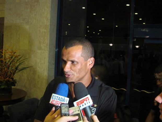 Rivaldo concede entrevista na chegada a Recife (Foto: Marcelo Prado / GLOBOESPORTE.COM)