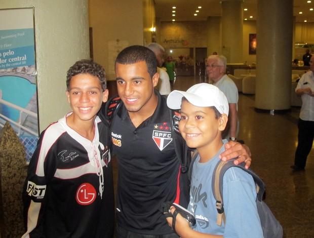 Lucas tira foto com torcedores em Recife (Foto: Marcelo Prado / GLOBOESPORTE.COM)