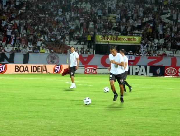 Rivaldo fazendo aquecimento no Arruda (Foto: Marcelo Prado / GLOBOESPORTE.COM)