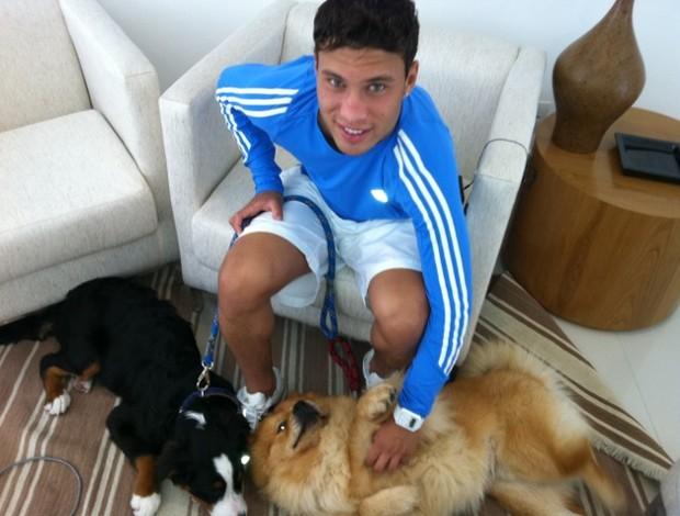 Marlos com os cães (Foto: Leandro Canônico / Globoesporte.com)