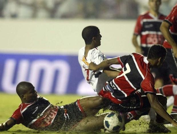 Lucas sofreu com a marcação do Santa Cruz (Foto: Rubens Chiri / Site Oficial do São Paulo FC)