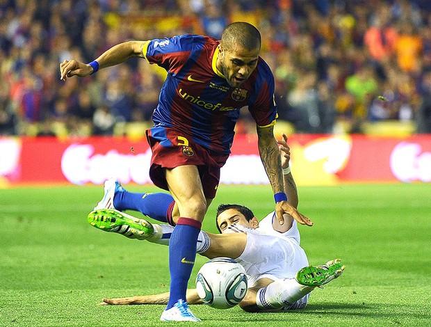 Daniel Alves na partida do Barcelona contra o Real Madrid (Foto: AFP)