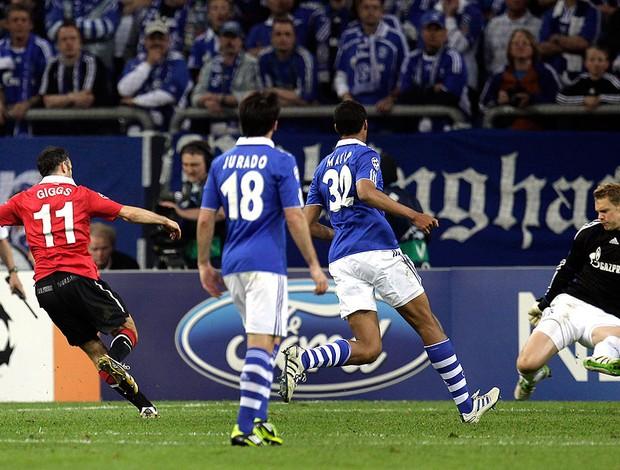 Ryan Giggs comemora gol do Manchester United contra o Schalke (Foto: AP)