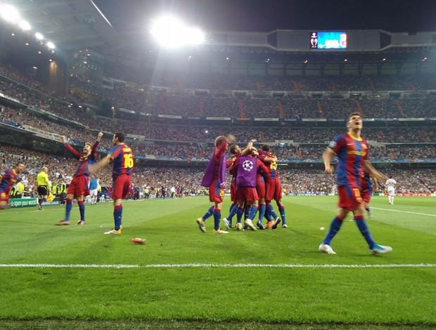 Os jogadores do Barça vibram olhando para a torcida catalã, que estava posicionada atrás do gol (Foto: Thiago Dias / Globoesporte.com)