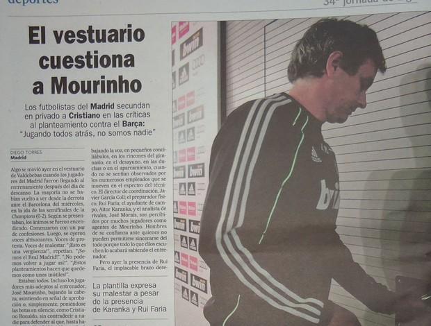 Jornal com Mourinho (Foto: Thiago Dias / Globoesporte)