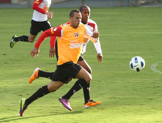 Luis Fabiano disputa lance com Wellington (Foto: Luiz Pires / VIPCOMM)