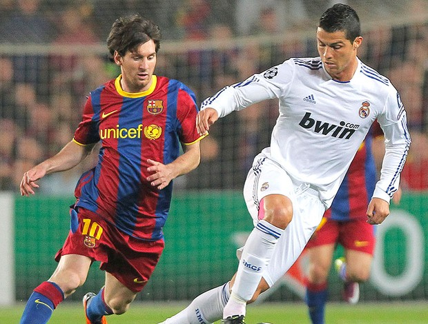 Cristiano Ronaldo e Messi no jogo do Real Madrid contra o Barcelona (Foto: AP)