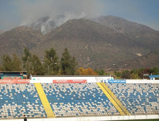 Incêndio próximo ao estádio do Universidad Católica (Foto: Eduardo Cecconi/Globoesporte.com)