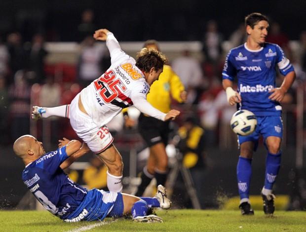 Dagoberto disputa lance com Acleisson (Foto: Wagner Carmo/Vipcomm)