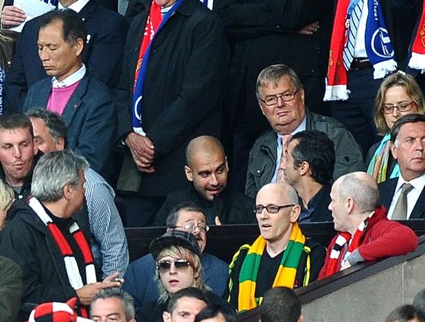 Pep Guardiola assistindo ao jogo do Manchester United contra o Schalke (Foto: AFP)