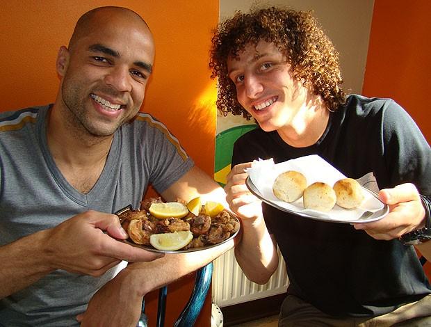 David Luiz e Alex do Chelsea comendo no Cafe Brazil (Foto: Felipe Rocha / GLOBOESPORTE.COM)