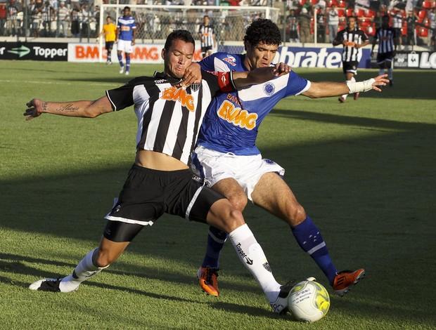 Réver e Ortigoza dividem bola no clássico Atlético-MG x Cruzeiro (Foto: Washington Alves/VIPCOMM)