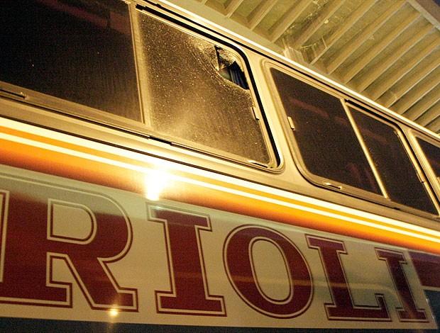 ônibus do Palmeiras apedrejado pela torcida (Foto: Ale Vianna / Ag. Estado)