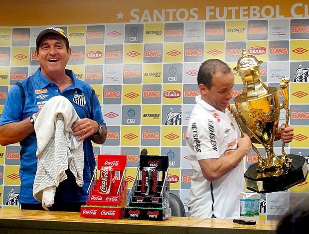 Léo Muricy Taça coletiva santos (Foto: Julyana Travaglia / Globoesporte.com)