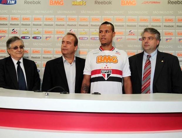 Luis Fabiano com os dirigentes do São Paulo e da ALE, novo patrocinador do clube (Foto: Site oficial do São Paulo FC)