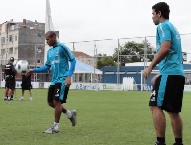 Gabriel e André Lima no treino do Grêmio (Foto: Eduardo Cecconi/Globoesporte.com)