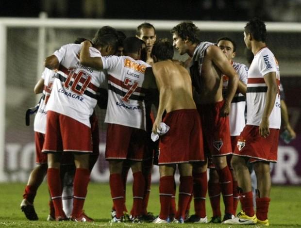 Jogadores do São Paulo reunidos em São Januário após a vitória (Foto: Rubens Chiri / Site oficial do São Paulo FC)
