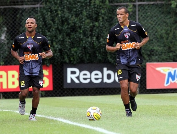 Fernandinho e Rivaldo no treino do São Paulo (Foto: Luiz Pires/VIPCOMM)