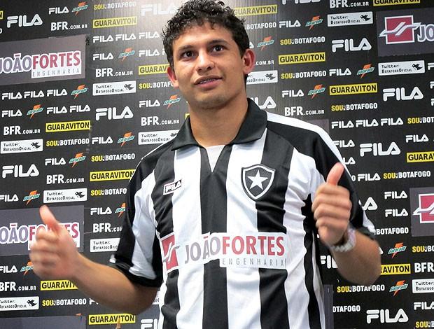 Elkson é apresentado no Botafogo (Foto: Gustavo Rotstein / GLOBOESPORTE.COM)