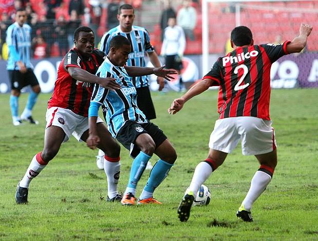 manoel romulo atlético-pr e lins grêmio (Foto: Robertson Luz / Agência Estado)