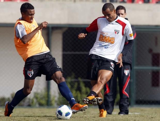 Dener disputa lance com Rivaldo no coletivo (Foto: Rubens Chiri / Site oficial do São Paulo FC)
