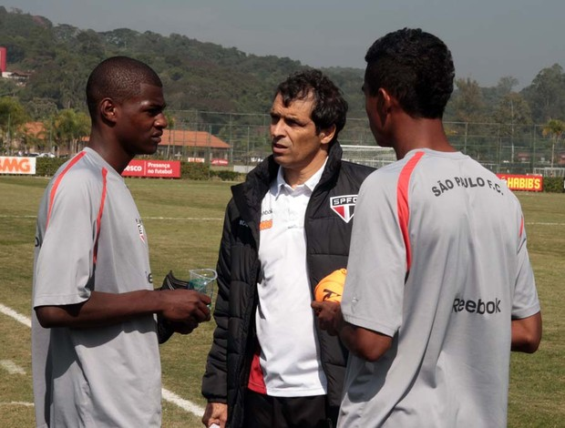 Milton Cruz conversa com Dener e Bruno após o treinamento (Foto: Rubens Chiri / Site oficial do São Paulo FC)