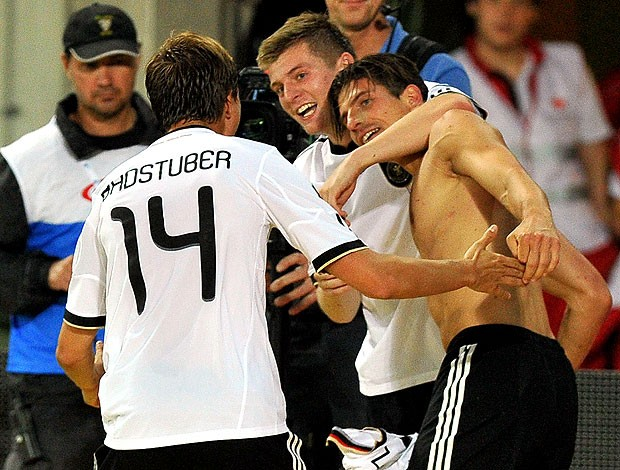 Mario Gomez comemora gol na partida da Alemanha contra Áustria (Foto: AFP)