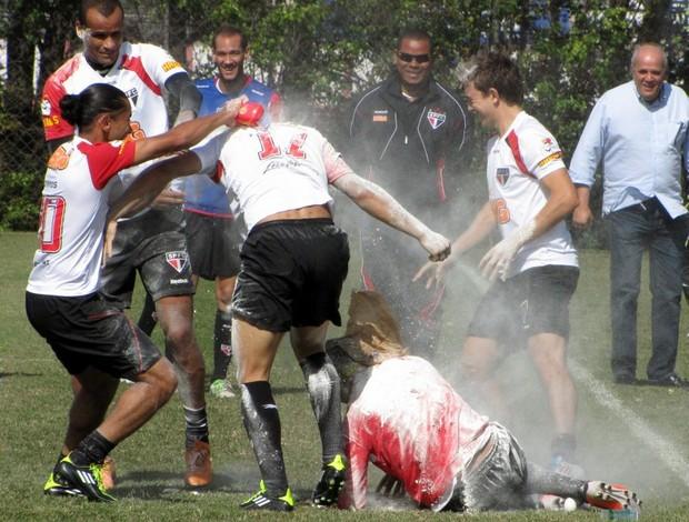 Marlos leva ovada no treino do São Paulo (Foto: Marcelo Prado / GLOBOESPORTE.COM)