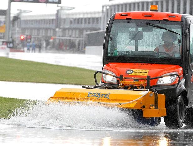 caminhão tenta melhorar as condições da pista no GP do Canadá (Foto: Reuters)
