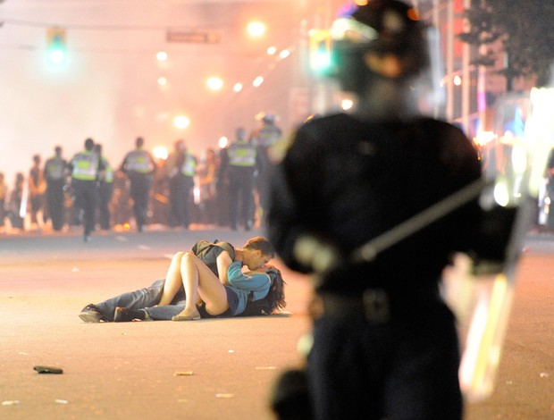 Hóquei Vancouver casal beijo confusão (Foto: Getty Images)