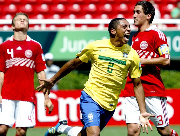 Wallace comemora gol do Brasil sub-17 contra a Dinamarca (Foto: EFE)