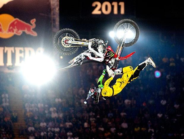 Nate Adams na apresentação de motocross na Itália (Foto: AP)