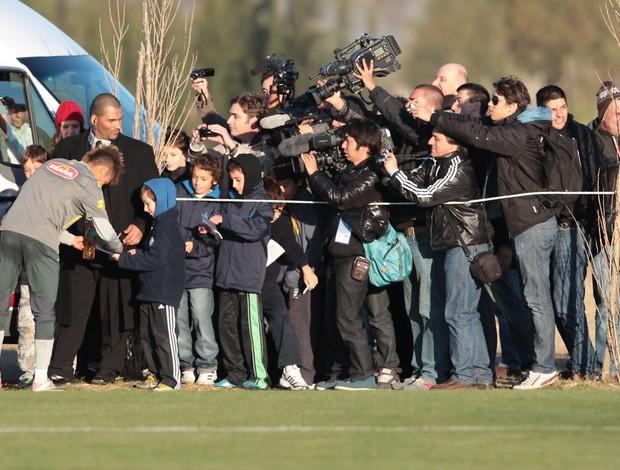 Neymar dá autógrafo para garotinho na saída do treino (Foto: Mowa Press)