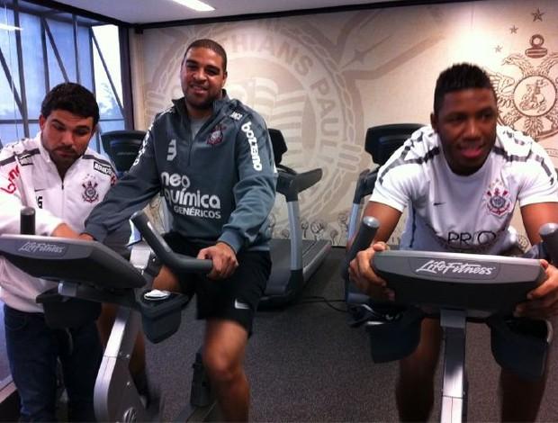 Adriano e Jucilei treinam na academia do CT Joaquim Grava (Foto: Assessoria de imprensa/Corinthians)