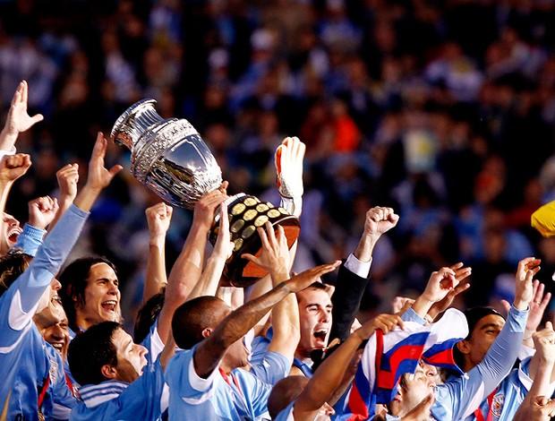 jogadores uruguai com a taça da copa américa (Foto: Agência Reuters)