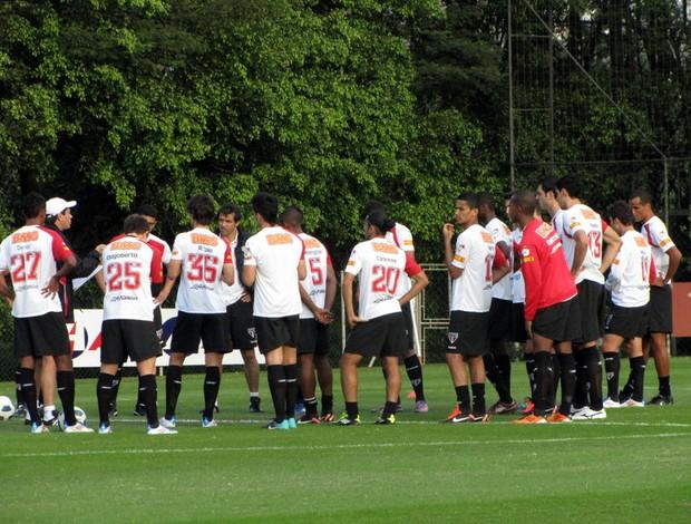 Adilson conversa com os jogadores no treino desta segunda-feira (Foto: Marcelo Prado / GLOBOESPORTE.COM)