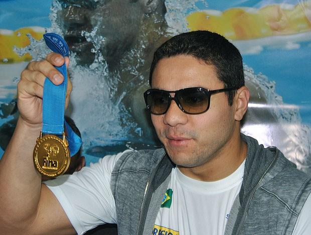 Felipe França com a medalha de ouro no desembarque em São Paulo (Foto: João Gabriel / GLOBOESPORTE.COM)