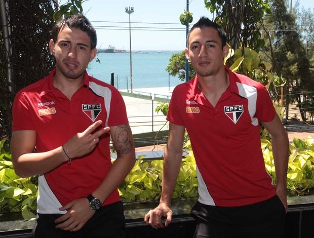 Cañete e Piris posam para a foto no hotel do São Paulo em Fortaleza (Foto: Rubens Chiri / Site oficial do São Paulo FC)