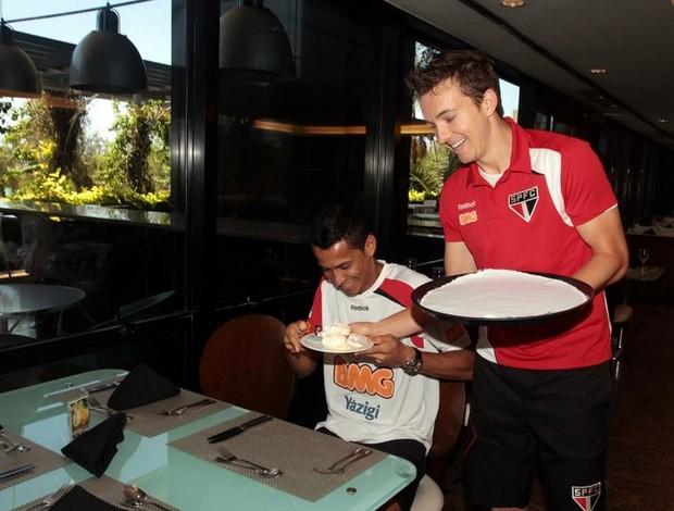 Dagoberto brinca com Cícero na concentração do São Paulo em Fortaleza (Foto: Rubens Chiri / Site oficial do São Paulo FC)