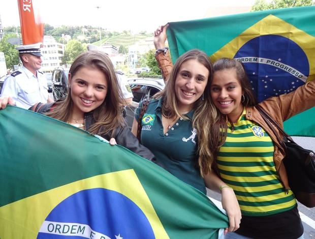 Torcedoras brasileiras fazem festa no hotel da seleção em stuttgart (Foto: Márcio Iannacca / Globoesporte.com)