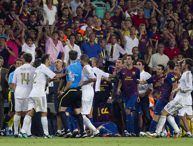 Barcelona x Real Madrid Confusão (Foto: EFE)
