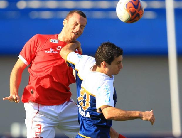 Henrique disputa a bola com Fumagalli durante a partida (Foto: Wildes Barbosa/O Popular)