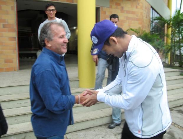 Zico recebe o lutador Okami no CFZ (Foto: Edgard Maciel de Sá/GLOBOESPORTE.COM)