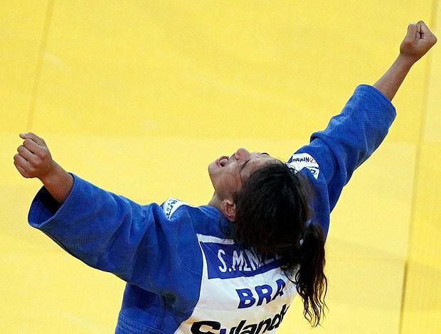 Sarah Menezes comemora medalha de bronze no Mundial de judô (Foto: Reuters)