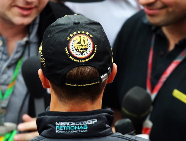 Schumacher com um boné personalizado para celebrar os 20 anos de carreira (Foto: Getty Images)